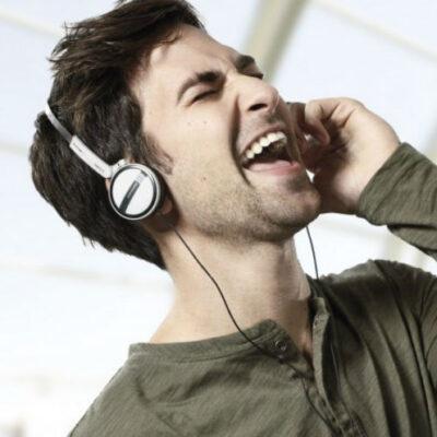 ragazzo-canta-ascolta
